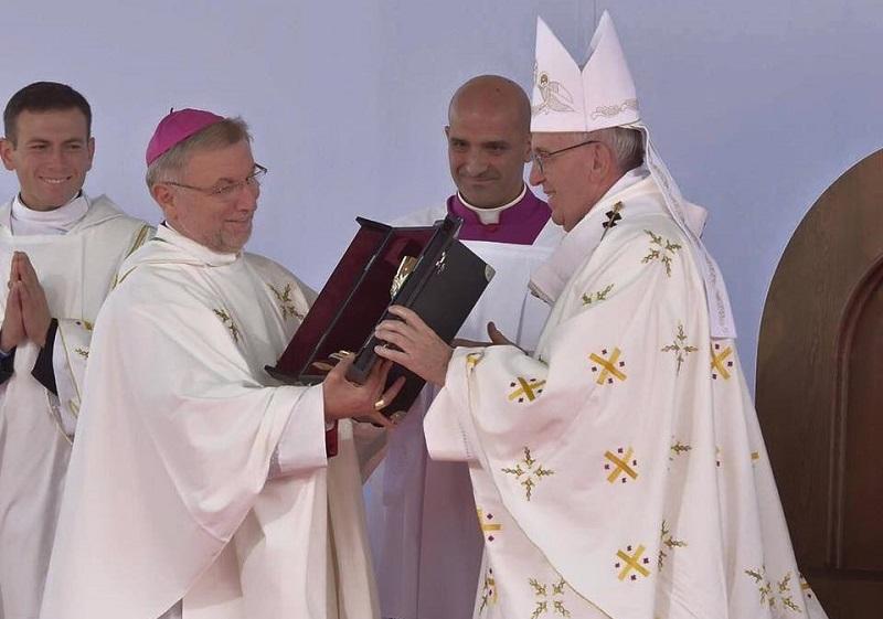 Chasuble blanche portée par Pape François le 5 octobre 2016 en Géorgie.