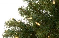 Comment disposer les guirlandes lumineuses sur le sapin de Noël